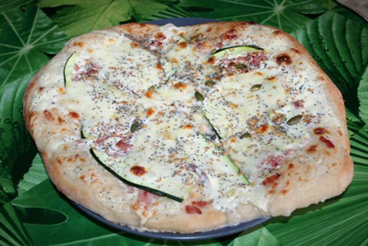 Pizza blanche lardons, courgettes et graines