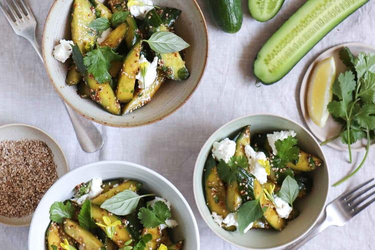 Salade de concombre au sésame, coriandre, menthe et chèvre frais