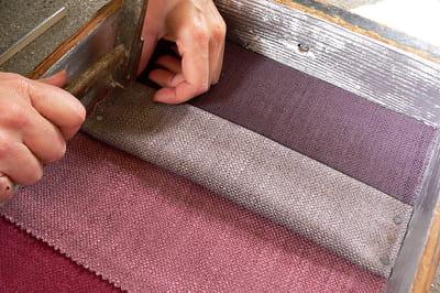 un des tissus est mis en relief pour faciliter l'accrochage des broches