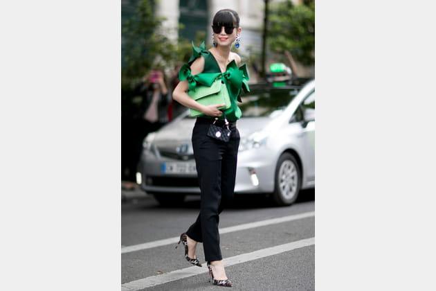Street style à Paris : le chemisier papillote