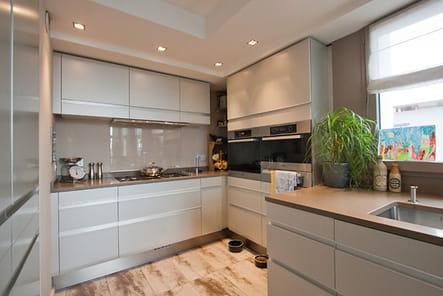 la cuisine un duplex sur mesure clair et spacieux journal des femmes. Black Bedroom Furniture Sets. Home Design Ideas