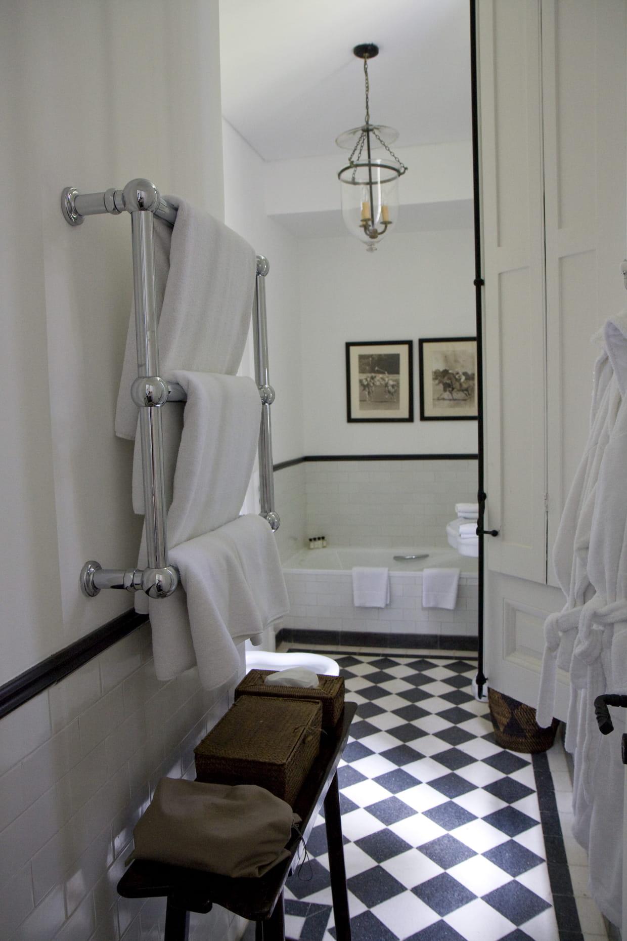 Une salle de bains en damiers