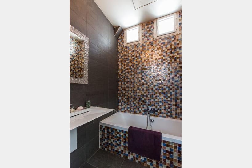 Salle de bains en mosa que 25 ambiances pour carreler sa - Mosaique adhesive pour salle de bain ...