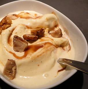 crème glacée à la vanille, aux noix d'amazonie caramélisées