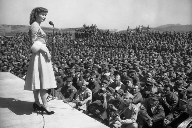 Debbie Reynolds chante pour les troupes américaines à Séoul, en 1955