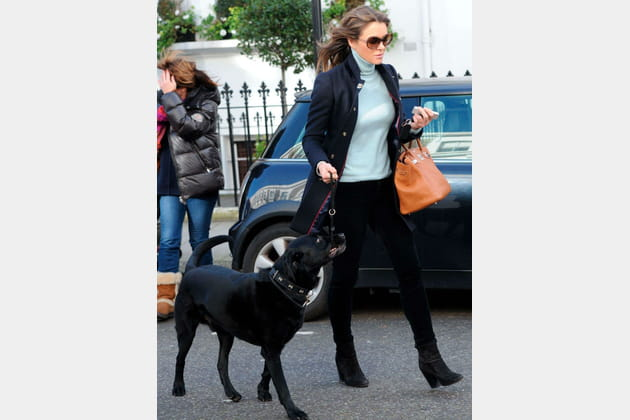 Elizabeth Hurley dans les rues de Londres