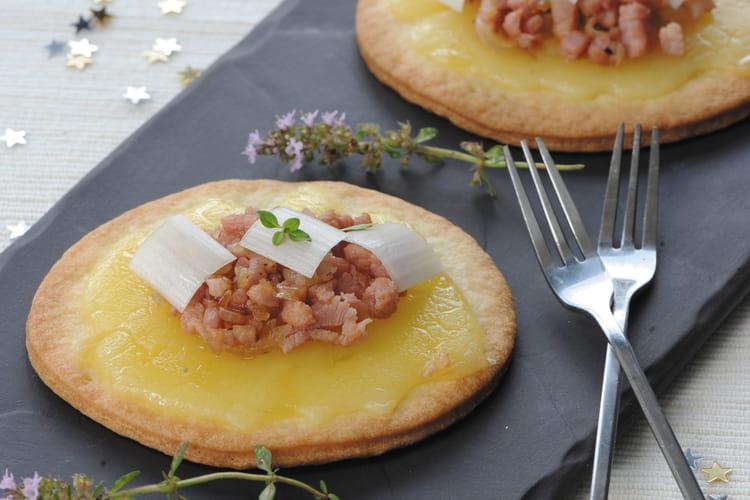 Raclette du Valais AOP en tarte sablée, compotée d'oignons au lard truffé et poireau