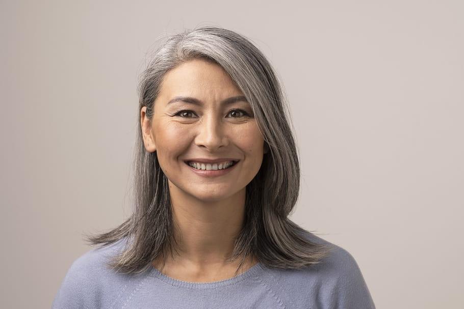 Grey Blending: le balayage tendance pour assumer ses cheveux blancs