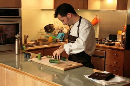 En cuisine, le chef s'active