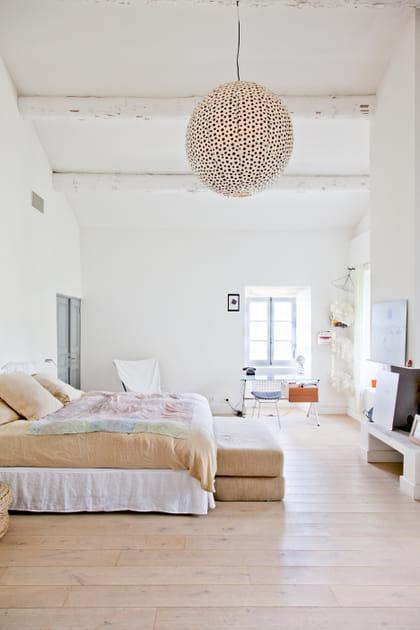 Une chambre minimaliste très haute de plafond