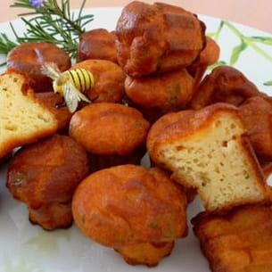 mini cannelés au fromage de chèvre, miel et romarin