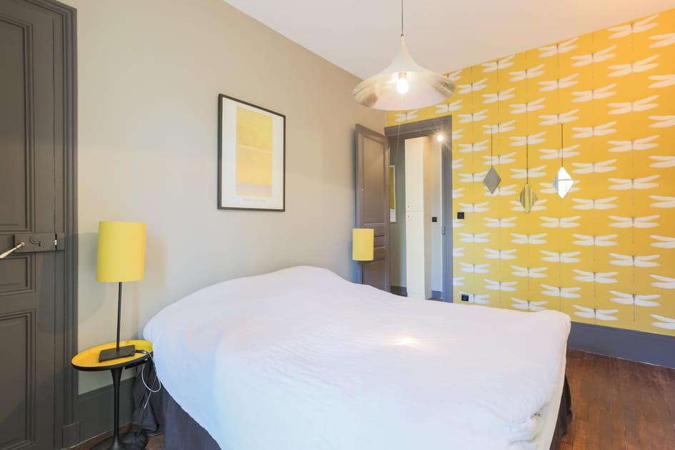 Chambre avec tapisserie à motifs