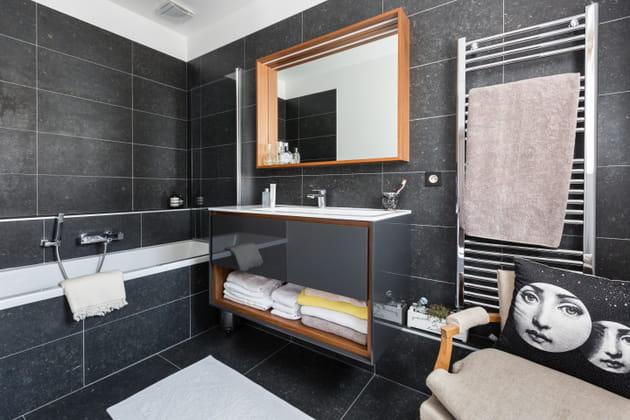 Une salle de bains noire en ardoise