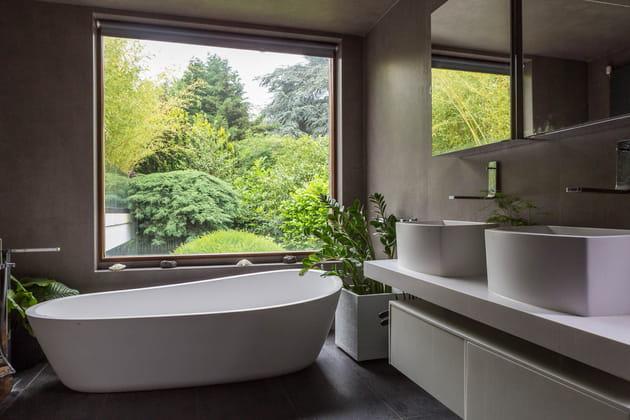 Salle de bains zen ouverte sur la nature