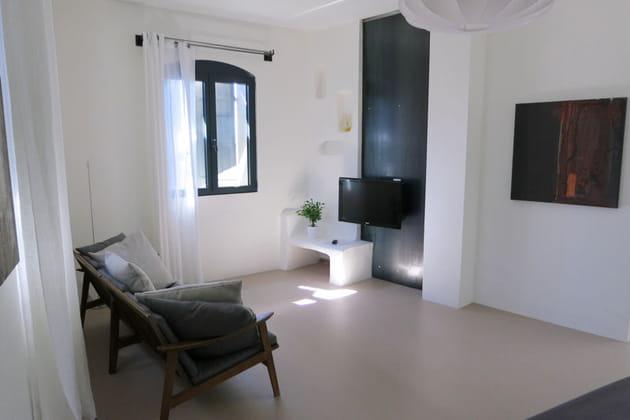 Un espace salon pur for Enlever odeur cigarette chambre