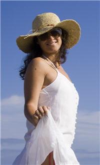 un exemple de tenue adaptée au soleil : chapeau, lunette, habit couvrant et bien