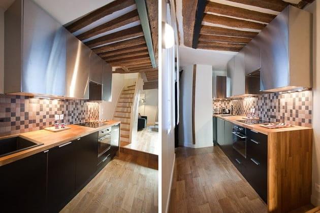Une petite cuisine dans un couloir