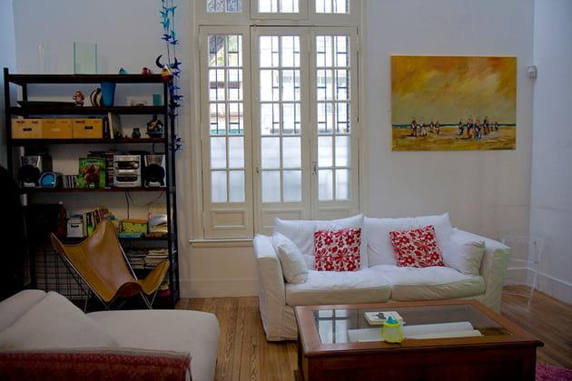 un salon ample et confortable. Black Bedroom Furniture Sets. Home Design Ideas