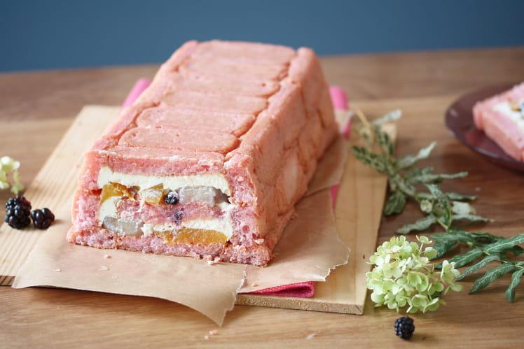 Charlotte aux biscuits roses, pêche pochée à la verveine & mûres