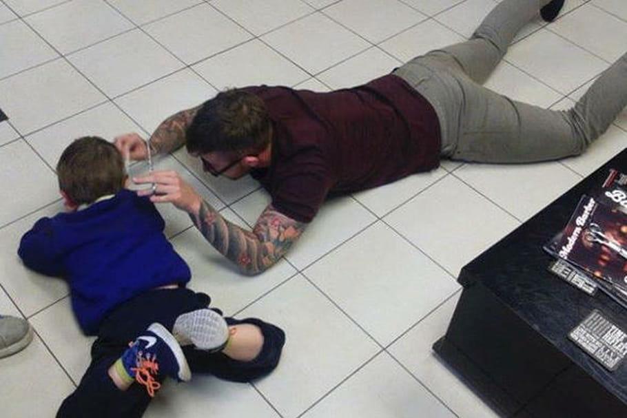 Le joli geste d'un coiffeur pour couper les cheveux d'un petit garçon autiste