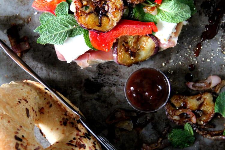 Bagels aux aubergines, jambon fumé, féta et brown sauce