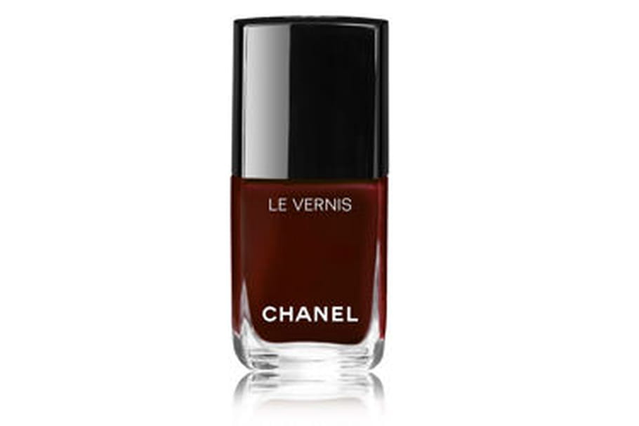 Tout savoir sur le vernis rouge noir de Chanel