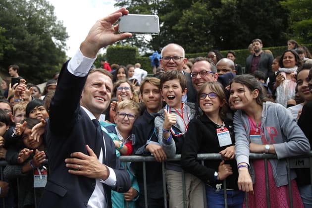 Emmanuel Macron, en pleine leçon de selfie à Colombey-les-deux-églises