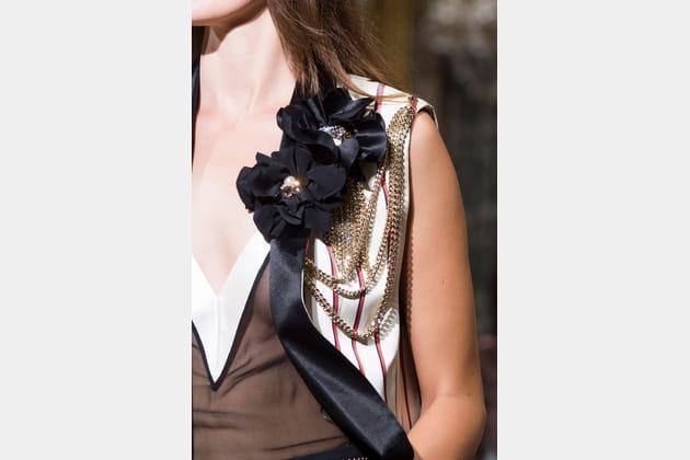 Les broches fleurs et chaînes du défilé Lanvin