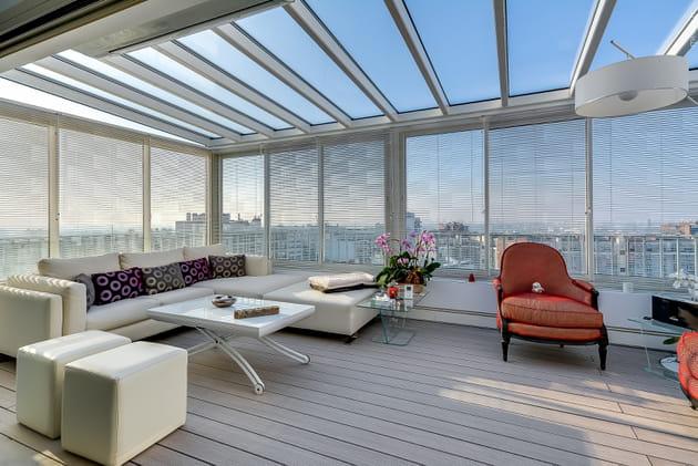 Une véranda avec vue sur les toits parisiens