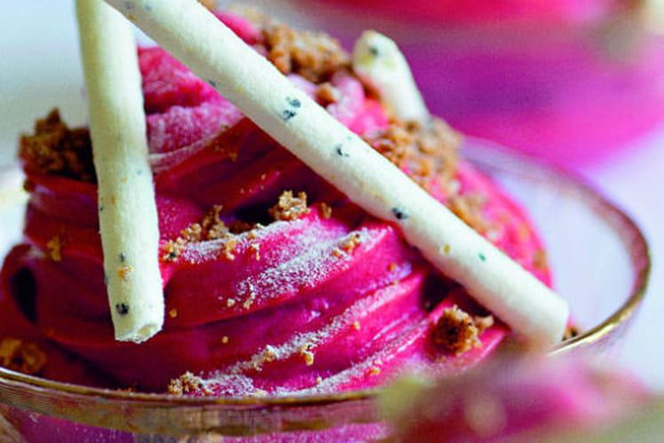 Vacherin glacé aux fruits rouges, meringue citron et streusel noisettes