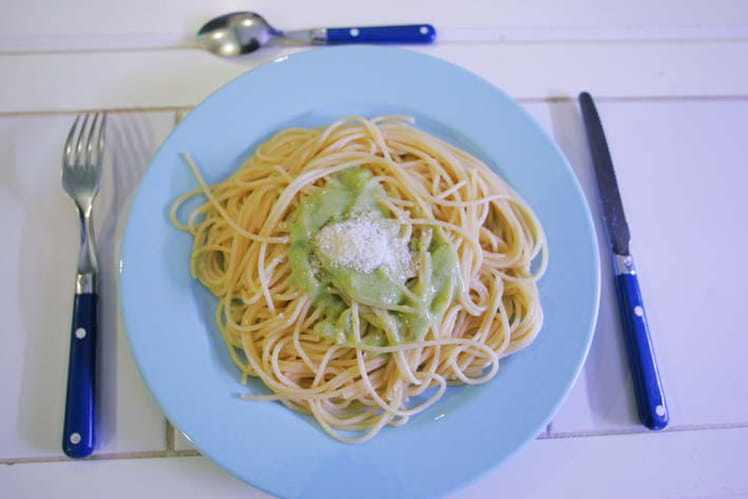 Spaghettis et pesto au basilic