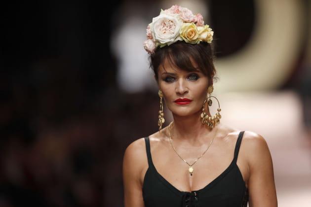 Helena Christensen, en fleurs au défilé Dolce & Gabbana