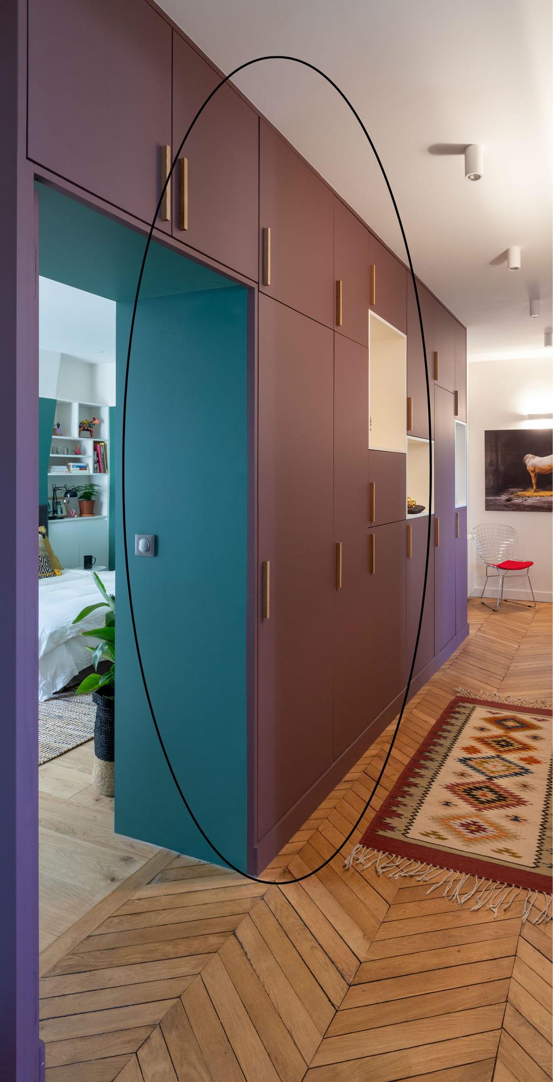 couloir-peinture-aubergine-et-bleu canard