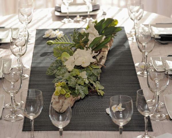 Composition de fleurs et bois flotté
