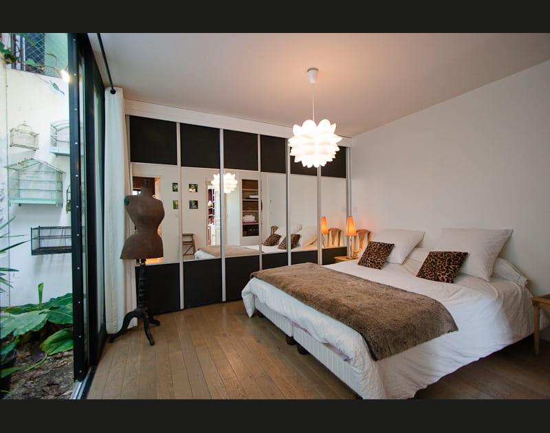 Une chambre avec un mini jardin