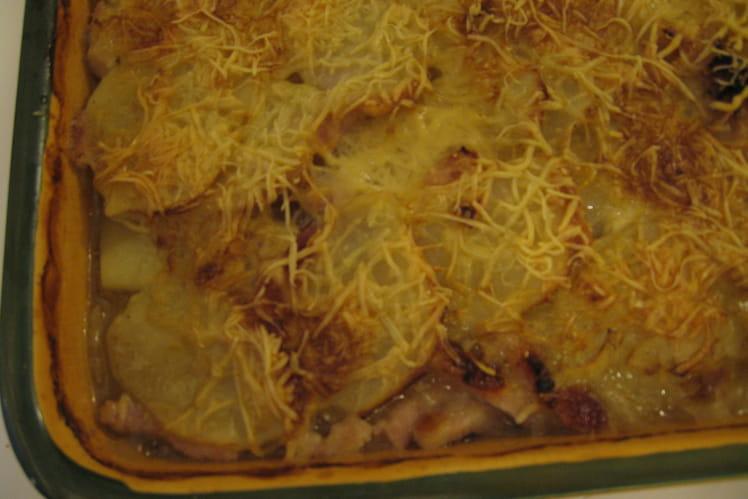 Gratin de pommes de terre, oignons, lardons et bouillon de boeuf