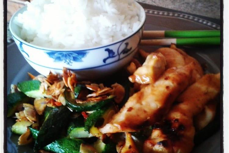 Filet de poulet teriyaki, courgettes au piment et aux amandes, riz thaï jasmin