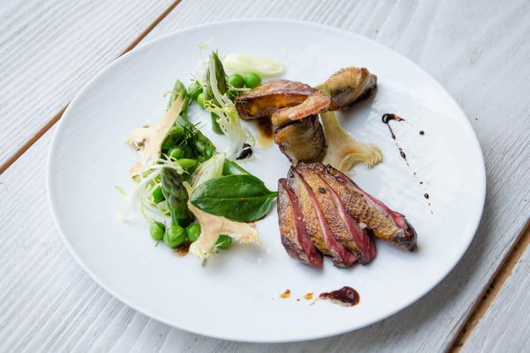 Aiguillettes de pigeon rôties et le foie de canard caramelisé, légumes printaniers en salade