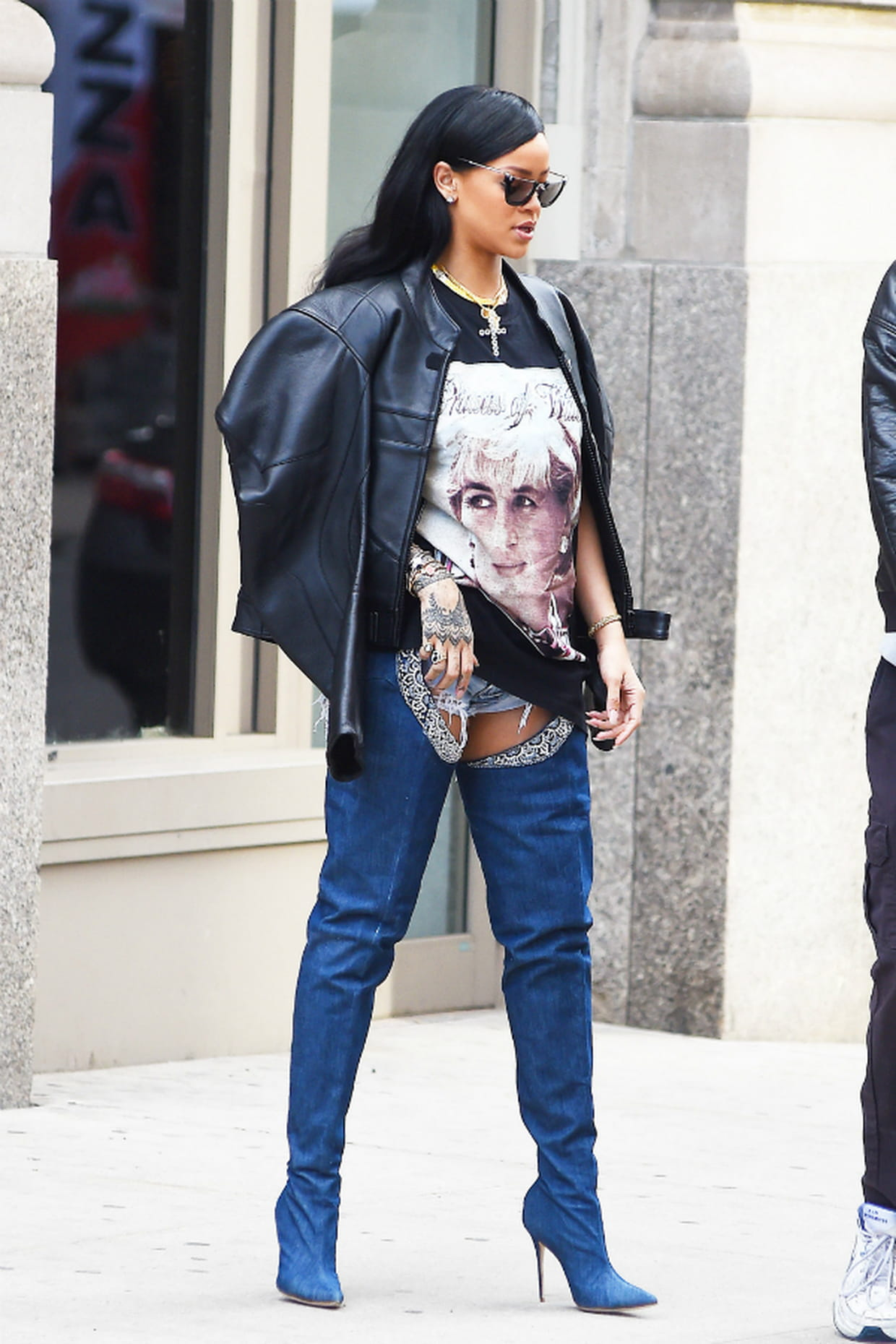 rihanna en veste en cuir et cuissardes oversize bleues