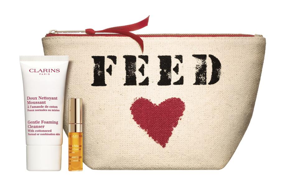 Clarins et FEED créent une trousse beauté pour une belle cause