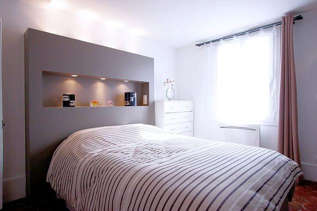 Une tête de lit avec niche intégrée
