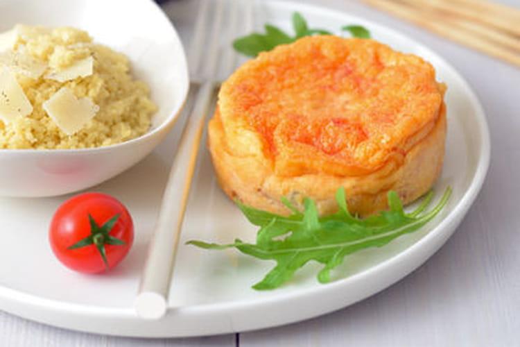Petits flans de tomate, semoule au parmesan et roquette