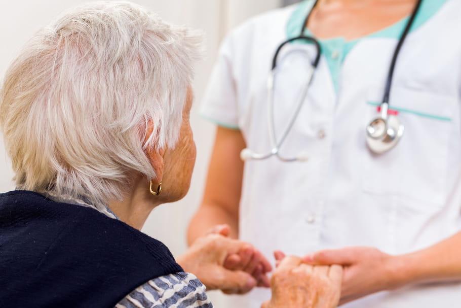 Alzheimer: tout savoir sur les causes, symptômes et traitements