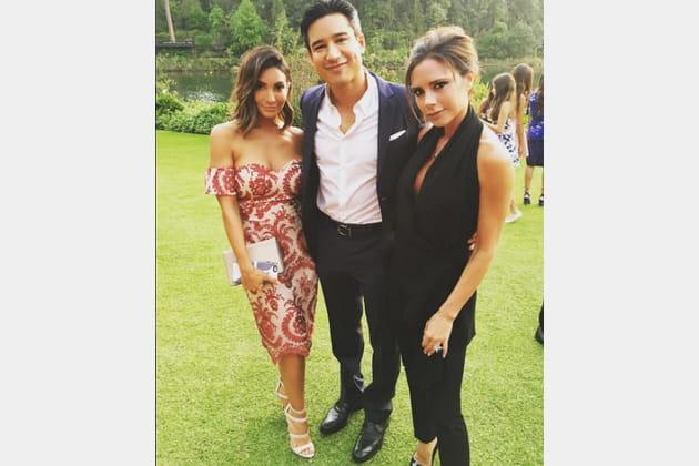 Courtney et Mario Lopez posent avec Victoria Beckham