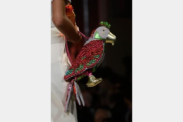 Le sac perroquet du défilé Charlotte Olympia
