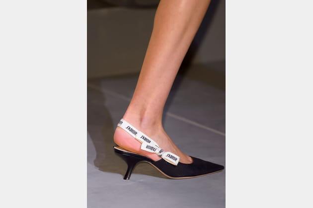 Les escarpins à ruban message du défilé Christian Dior