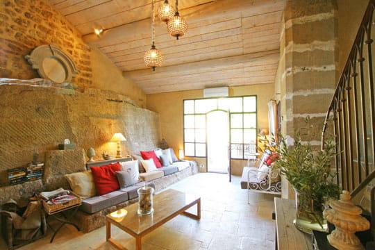 Un salon coloré dans la pierre