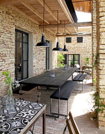 Une salle à manger d'été convivale