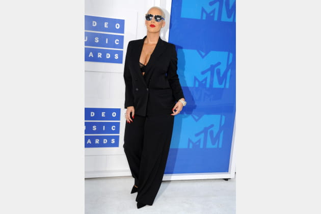 Amber Rose en smoking noir