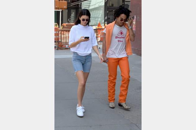 Kendall Jenner en short denim et top blanc col cheminée